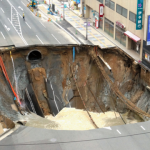 博多道路崩落で道路にでかい穴、信じれない!