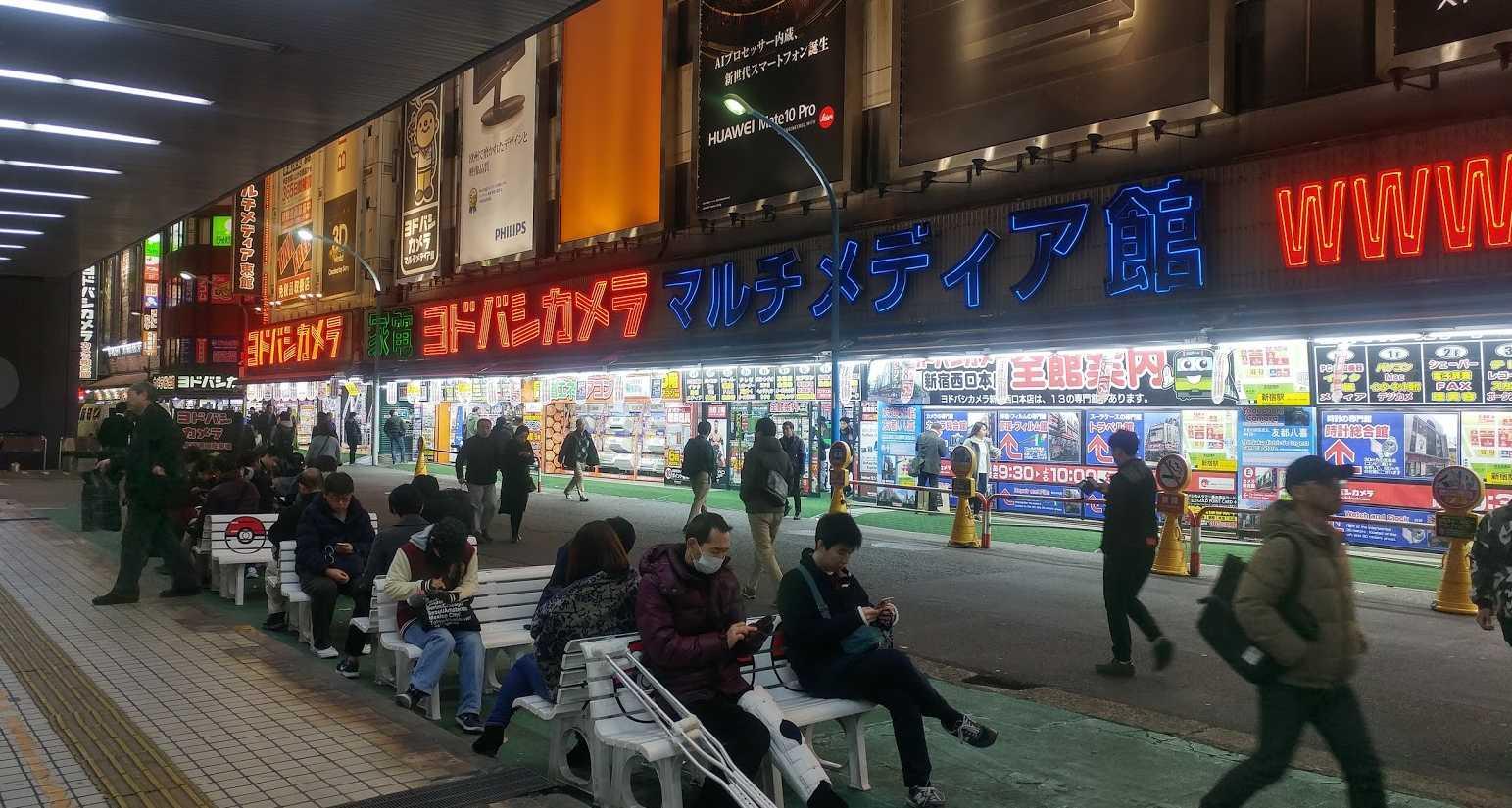 西新宿ヨドバシカメラ店前